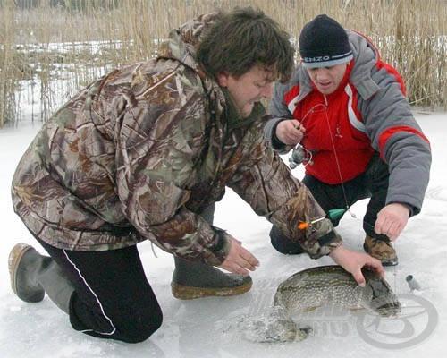 Nem adta magát könnyen, még a jégen is harcolt veszettül a csuka