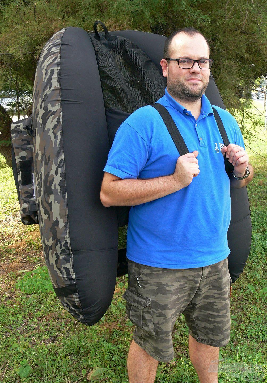 Apropó, szállítás! A hosszabb távon is egyszerűbb, komfortosabb szállíthatóság érdekében két állítható pánt került alulra, amik le is vehetők