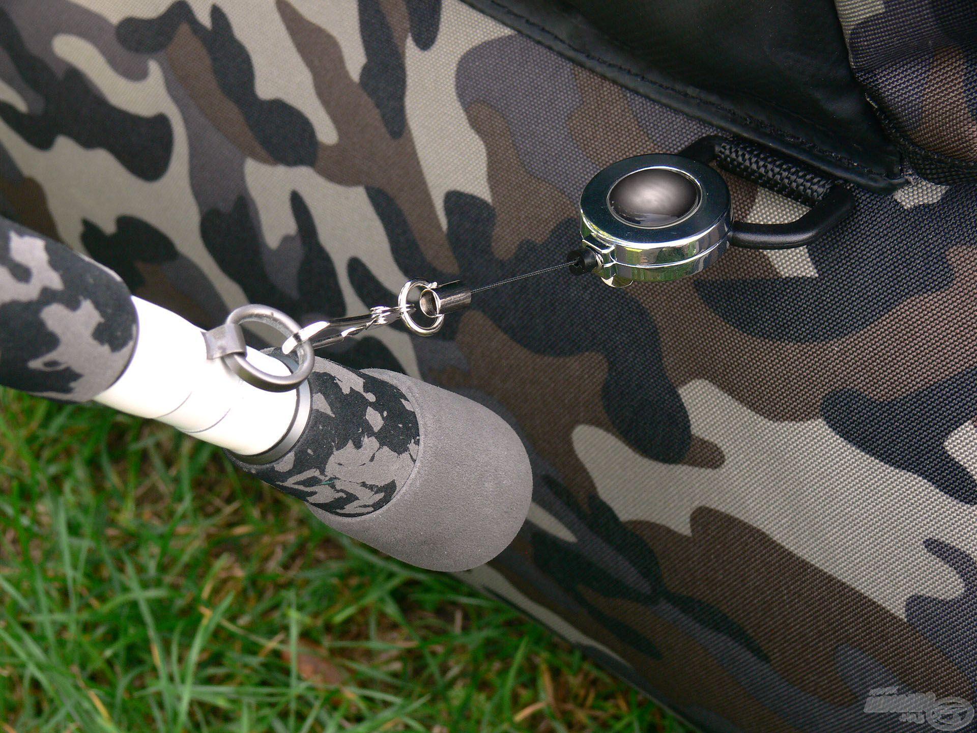 Például egy karabiner segítségével a botunkat is rögzíthetjük ezek valamelyikébe