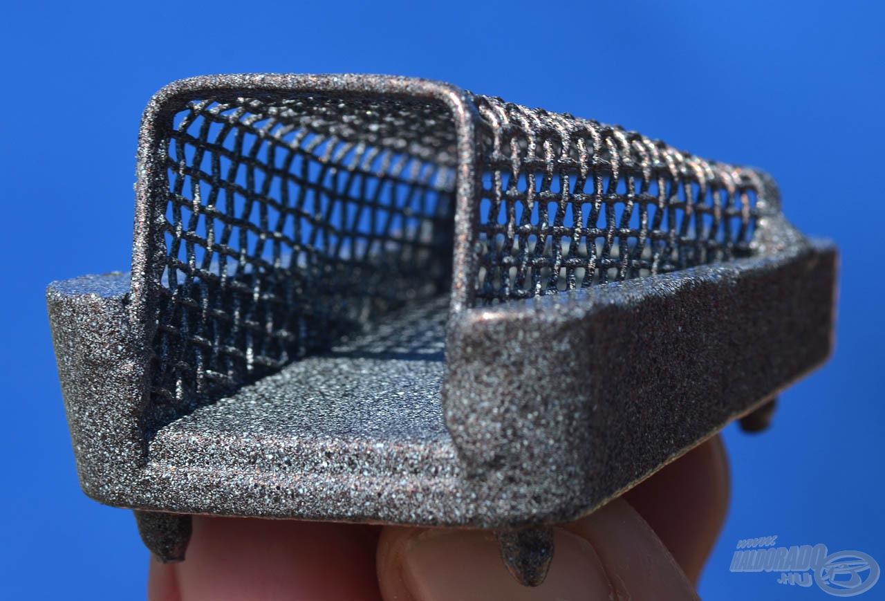 A kosár aszimmetrikus, felfelé szűkülő, tölcsérszerű formája remekül befogadja és stabilan megtartja a belé töltött csalogatóanyagokat, majd vízbe érkezést követően egyenletesen engedi ki azokat