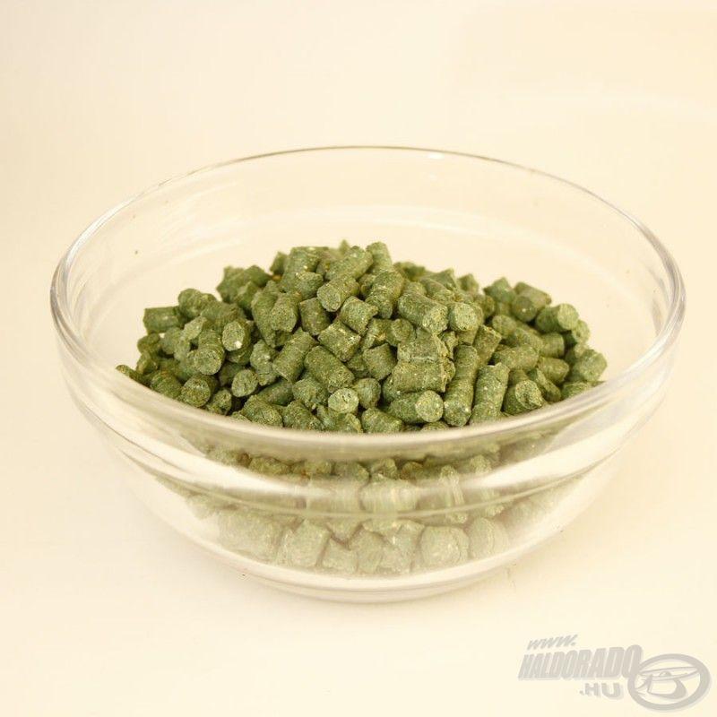 Finom mandulás íz és illat társul a zöld színű etető pellethez