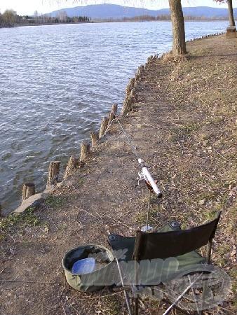 Széllel és nappal szemben az első alkalommal, tavaszi halkereső mobil horgászatra berendezkedve. Itt a part meredek és megerősített a hullámzás romboló hatása miatt