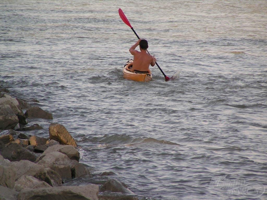 Kajakos a parttól cirka két méterre, de Ő legalább rendes volt és odaköszönt