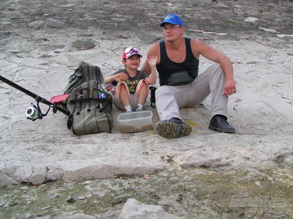 Apa és fia márnavadászat közben…