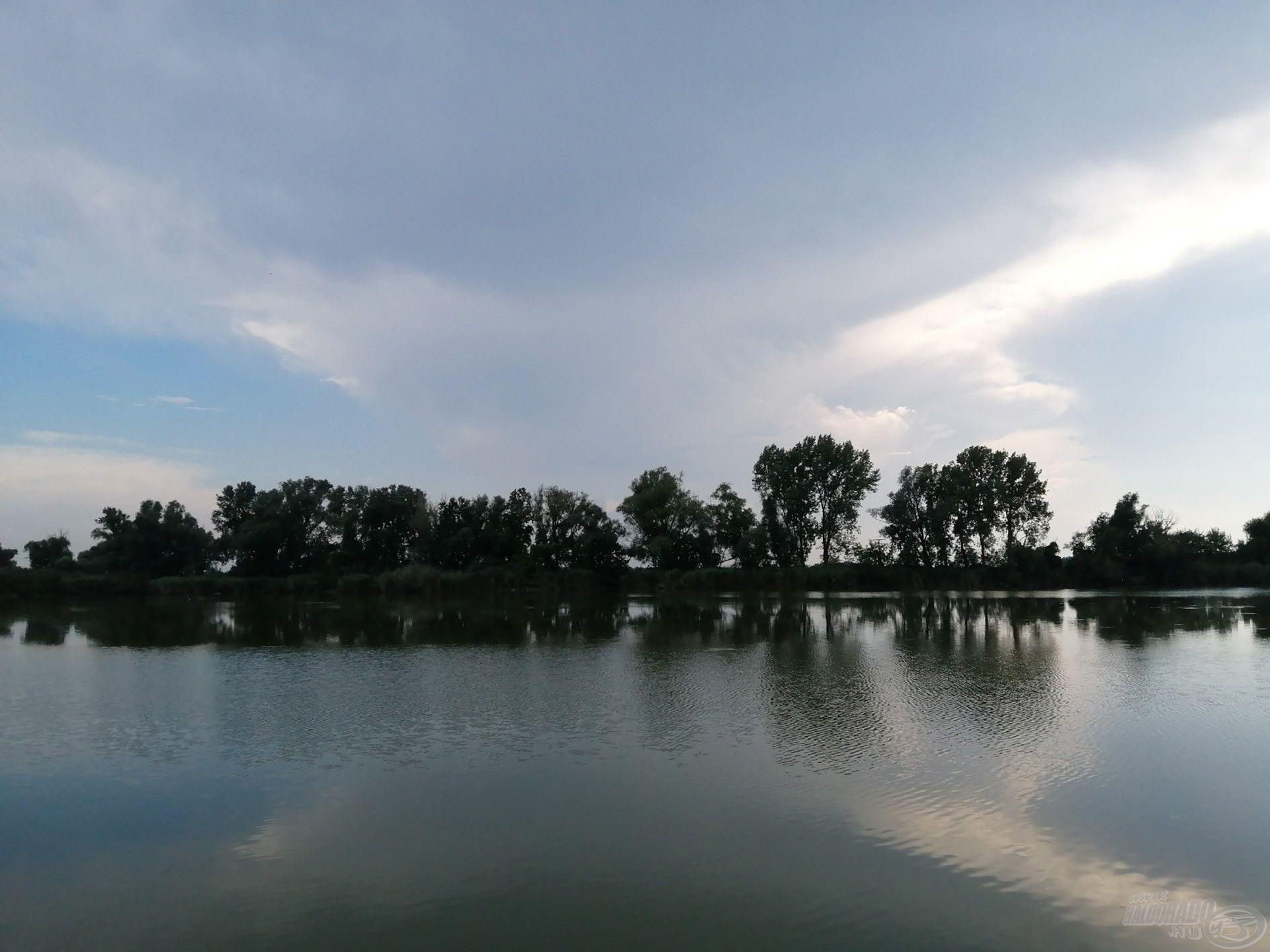 Az ehhez hasonló, üllő alakú felhők egy nagy zivatarrendszernek is előjelei lehetnek
