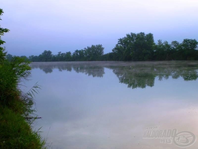 Hajnali vízpára teríti el a csendet