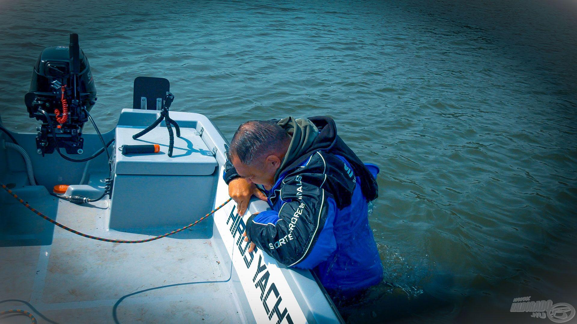 A csónakhoz érve jön a neheze, vissza kellene mászni
