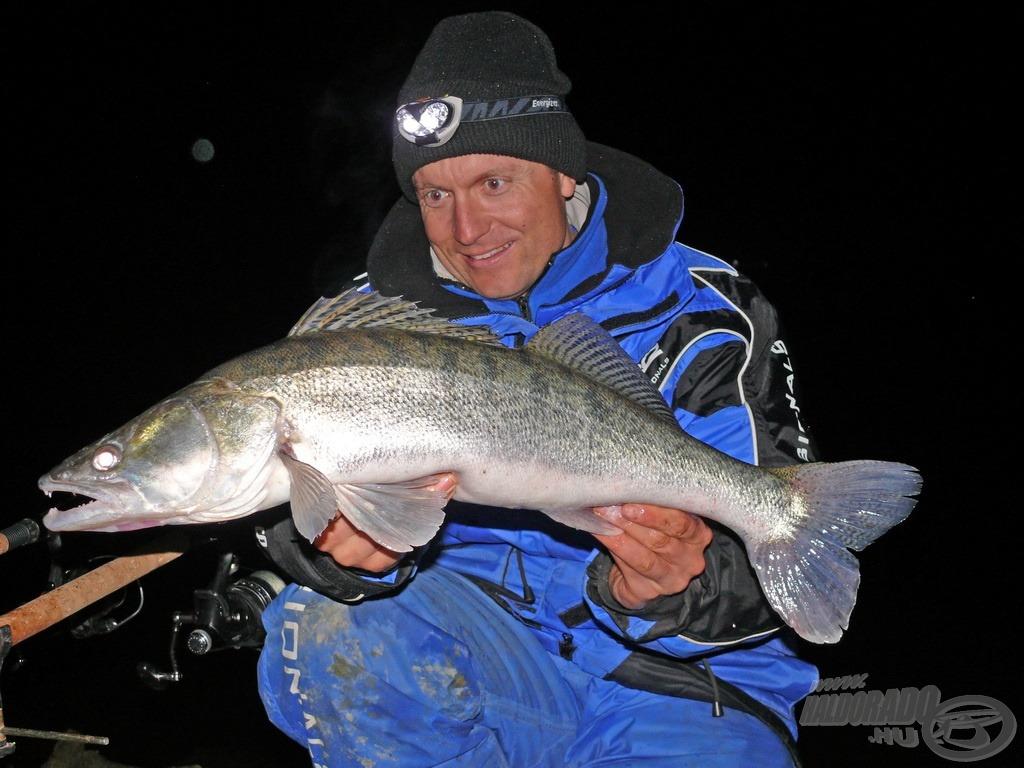 A nap hala ez a 3 kilós gyönyörű fogas, amely szintén a menyusok elől csente el a haldarabot