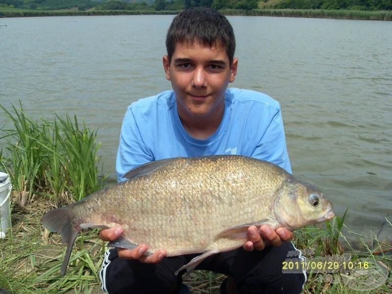 Krisz új dévérrekordja (is) díjazta a fokhagymás kukoricát. A hal pontos súlya 2,04 kg volt