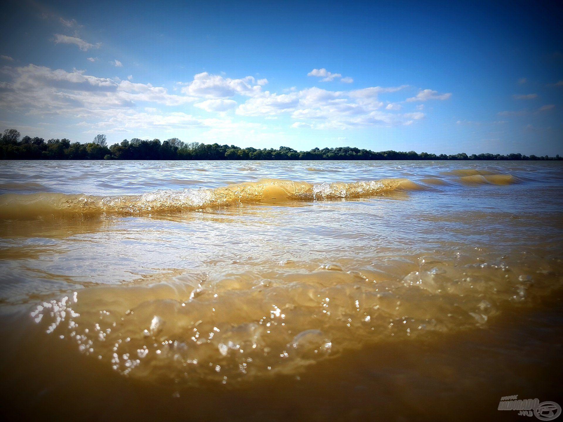 A viharos szél hatalmas hullámokat korbácsolt, mely elégé megnehezítette a dolgom