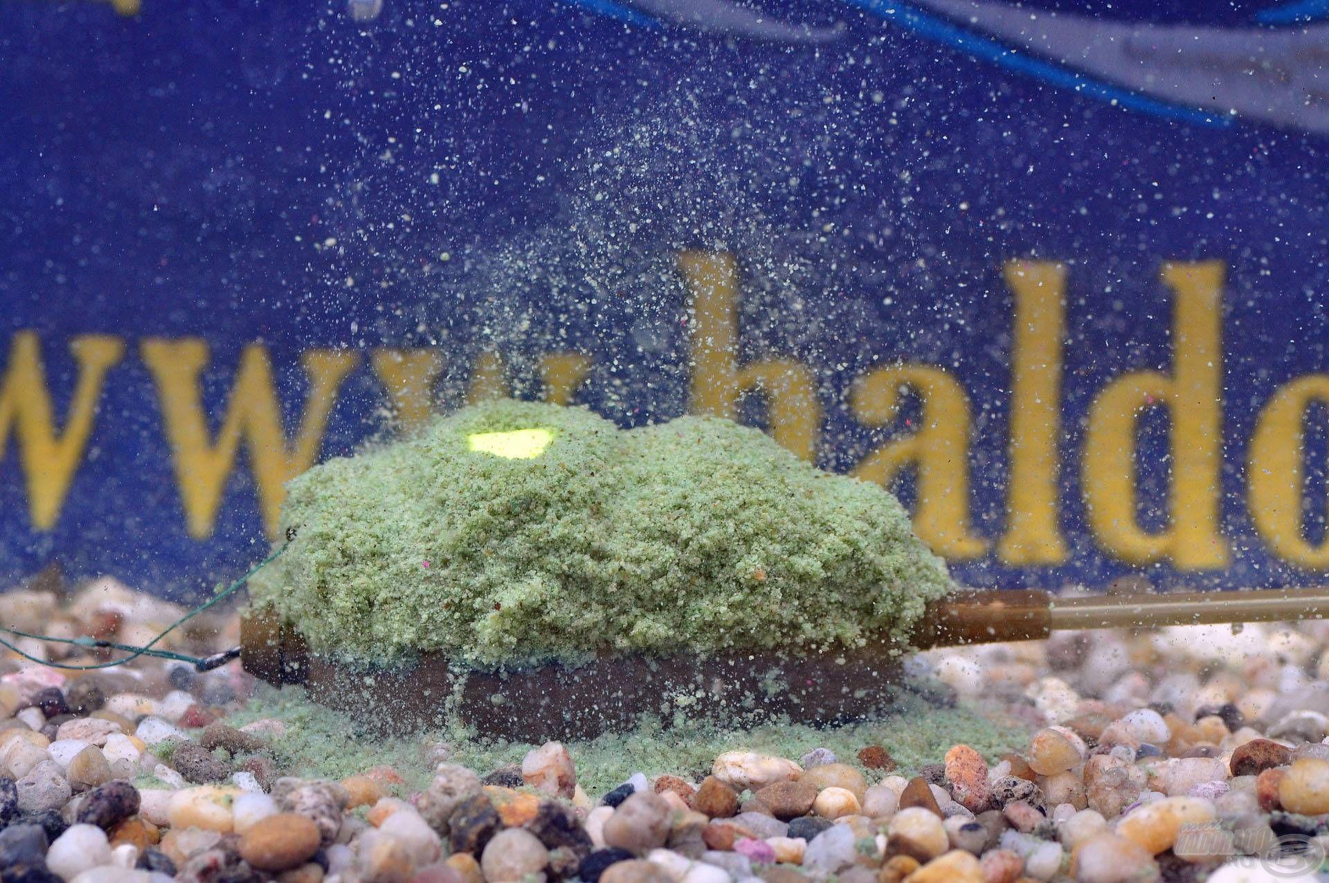 Vízbe érés után az etetőanyag kioldódása folyamatos és gyors