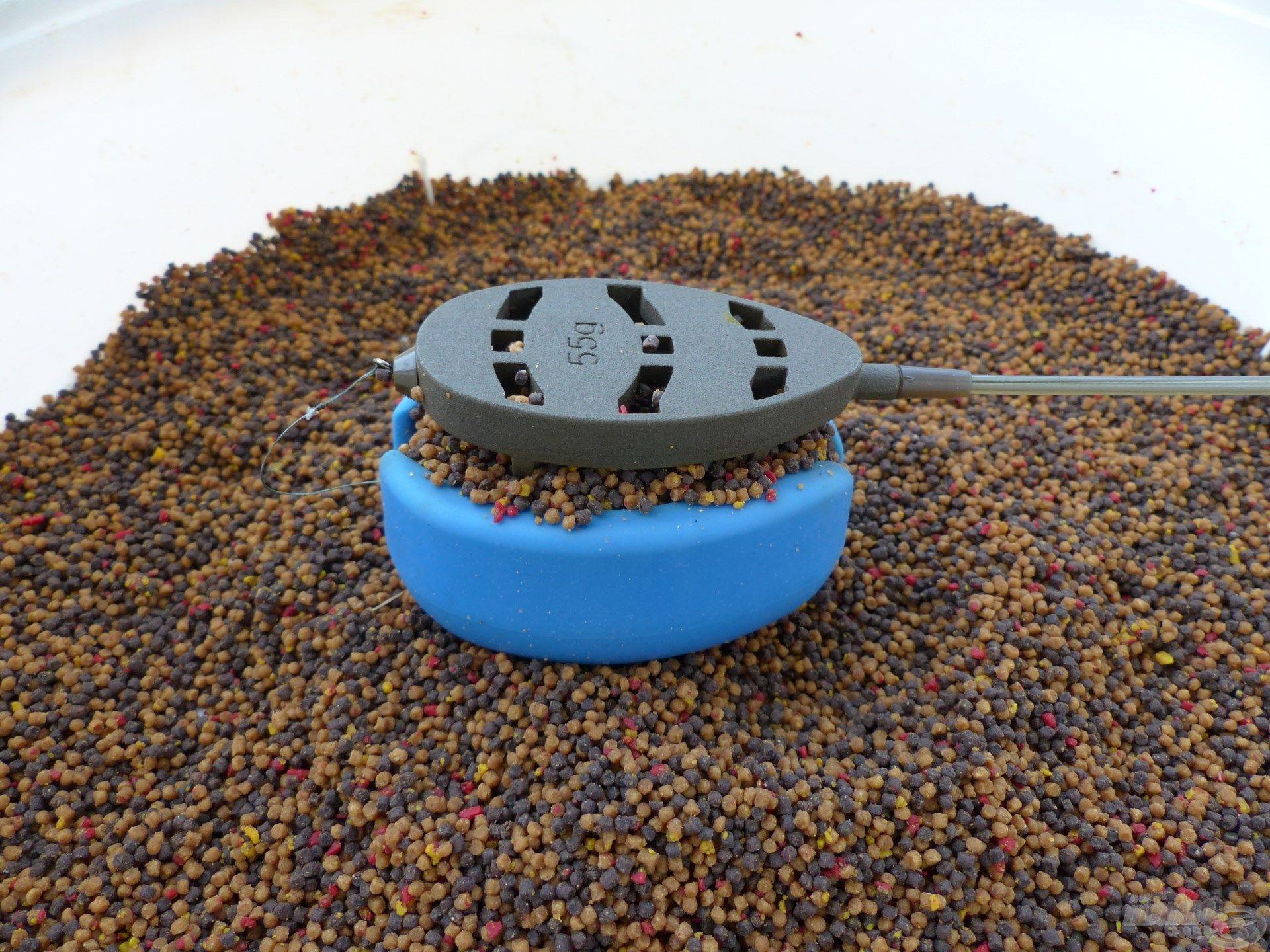 Az eltávolított középső bordának köszönhetően még nagyobb mennyiségű pellet mix fér a kosárba. Ráadásul így sokkal könnyebben ki is oldódik az belőle