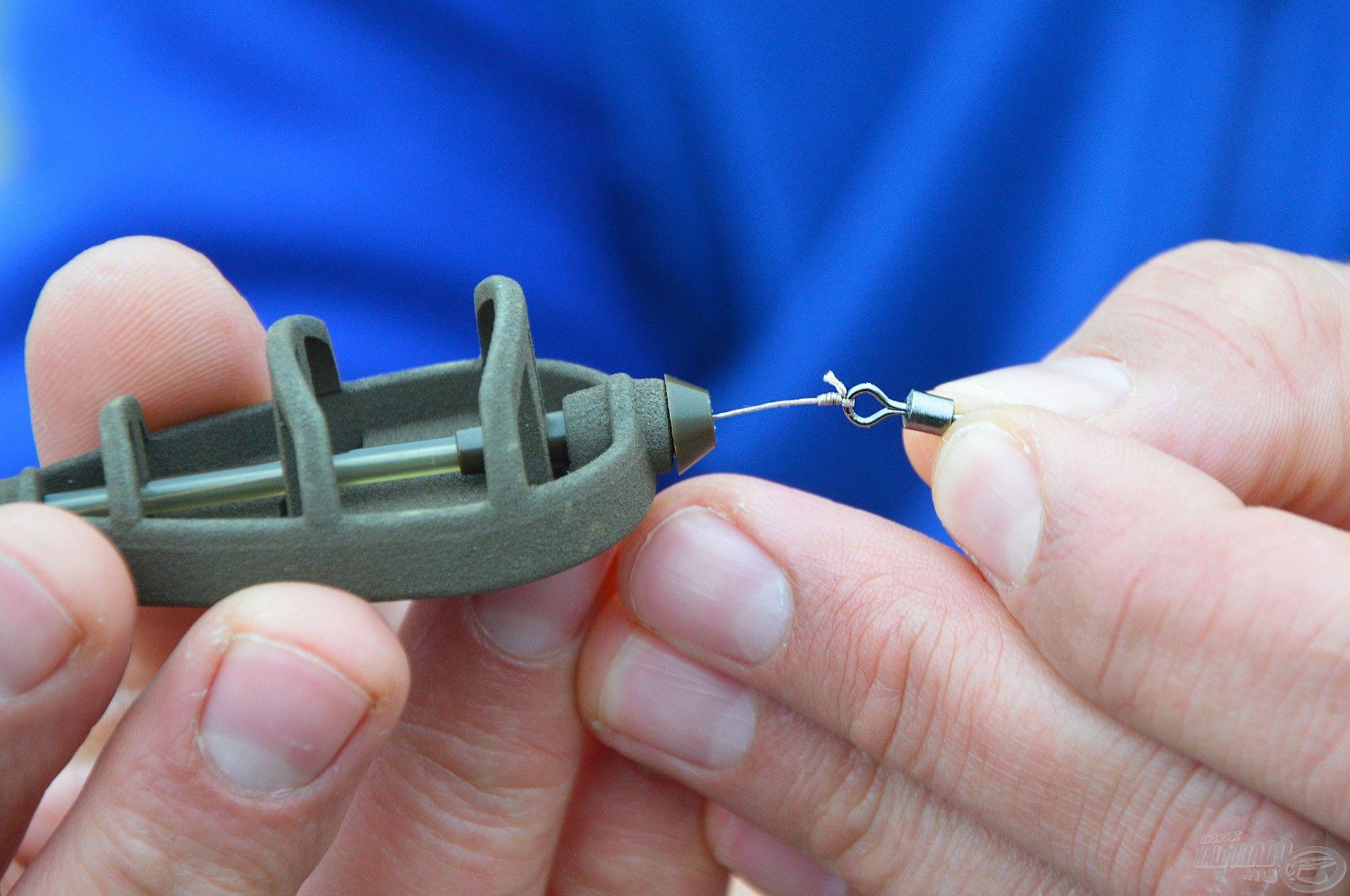 3. lépés: a forgót vissza kell dugni a csőbe