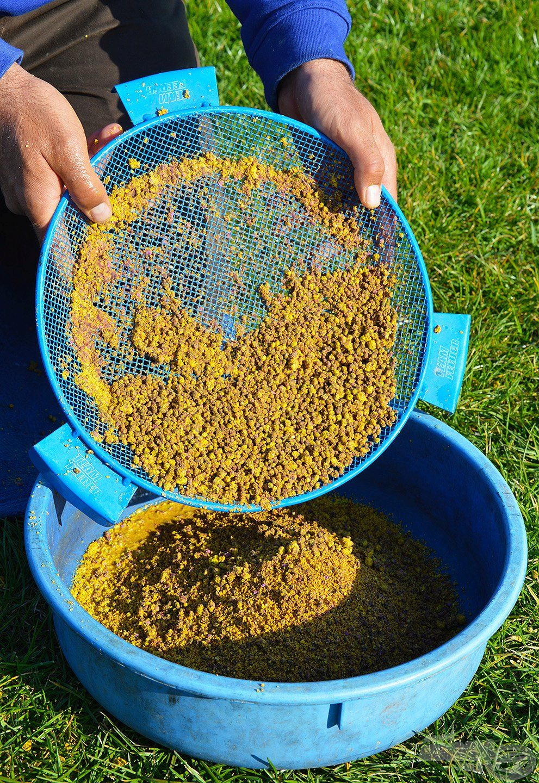 Amennyiben az etetőanyag tartalmaz pelleteket, a rostáról azokat vissza kell keverni a homogenizált kajába