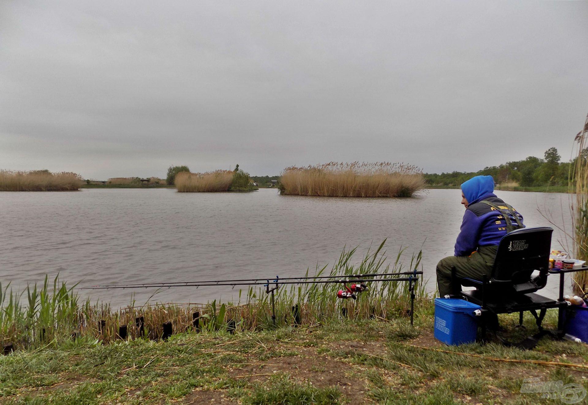A Derekegyházán található nagyhalas tavon próbálkoztam több alkalommal és különféle időjárási viszontagságok között is. Kitartó és alázatos horgász vagyok, így nem zavar, ha esik az eső…