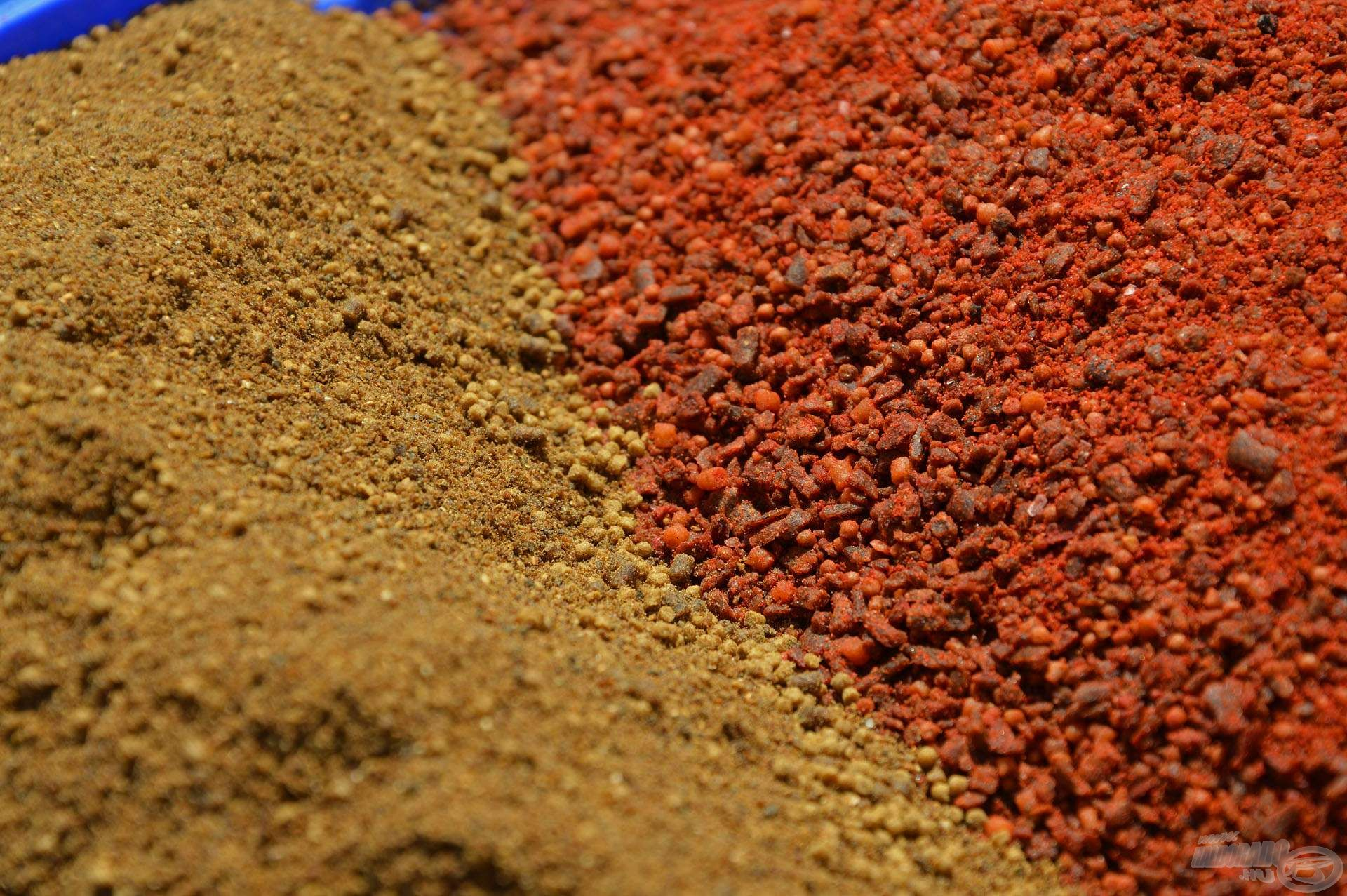 Mindkét komponense prémium összetételű, erőteljesen fűszeres-májas anyag