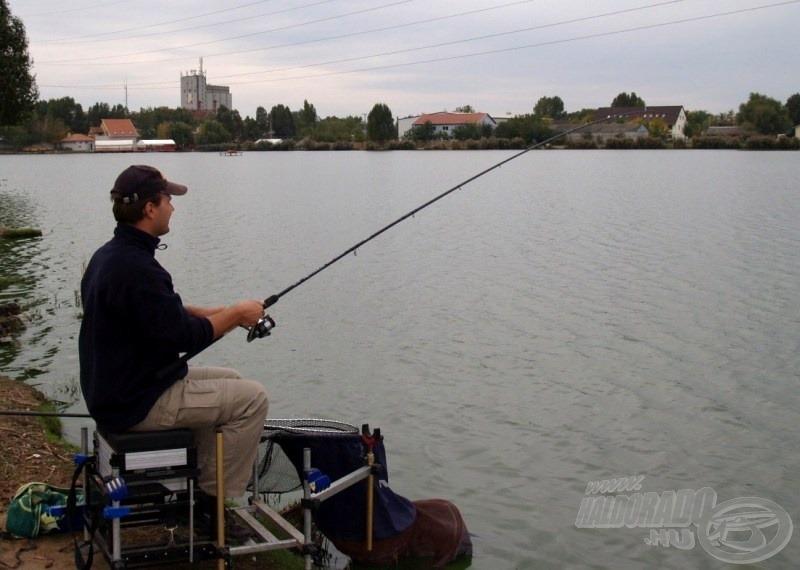 Eredeti terveimtől eltérően, a rakós bot hatósugaránál alig távolabb horgásztam matchbottal