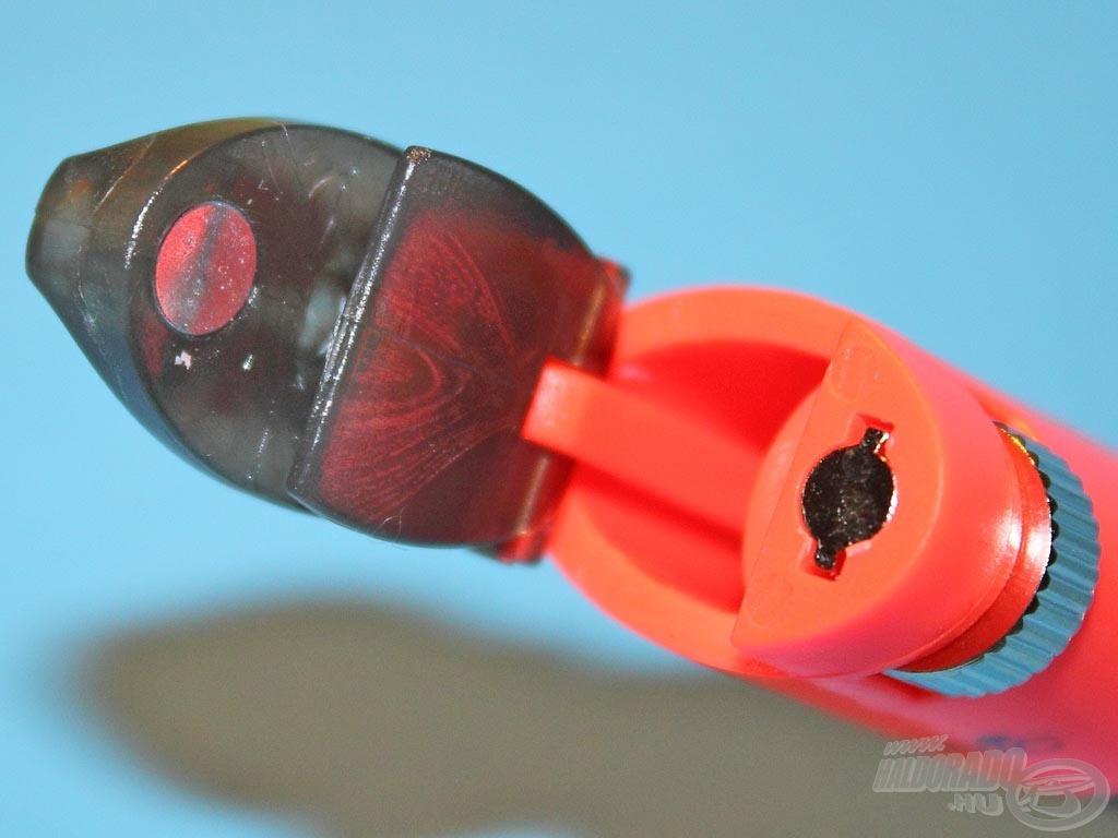 A fejegység három legfontosabb része: a felnyíló kis ablak bal szélén az acél gomb, középen a mágnes, míg jobb oldalon a mágnes magasságát szabályozó csavar
