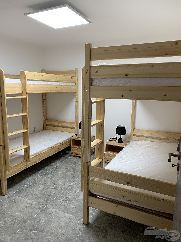 … másik házban emeletes ágyak találhatók, így 6 fő számára nyújt szálláslehetőséget