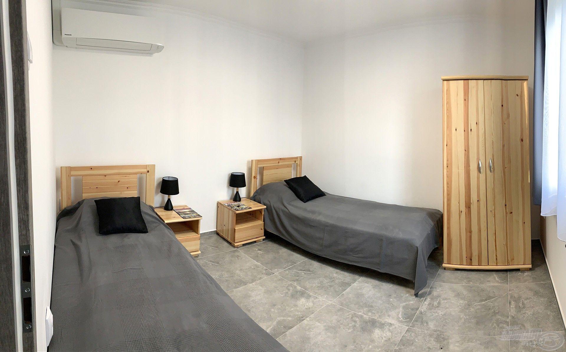 Egyik ház szobájában szimpla ágyak…
