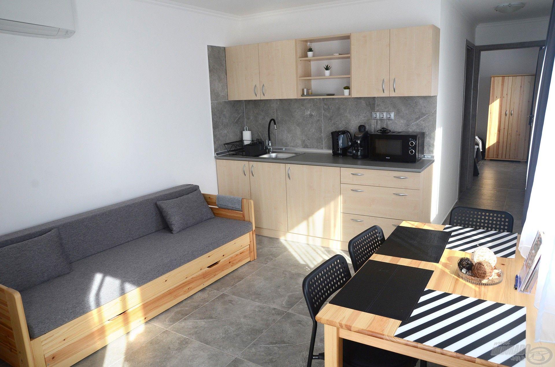 A másik helység a nappali - konyha - étkező együttese, 2 személy itt is tud aludni az ággyá alakítható kanapén