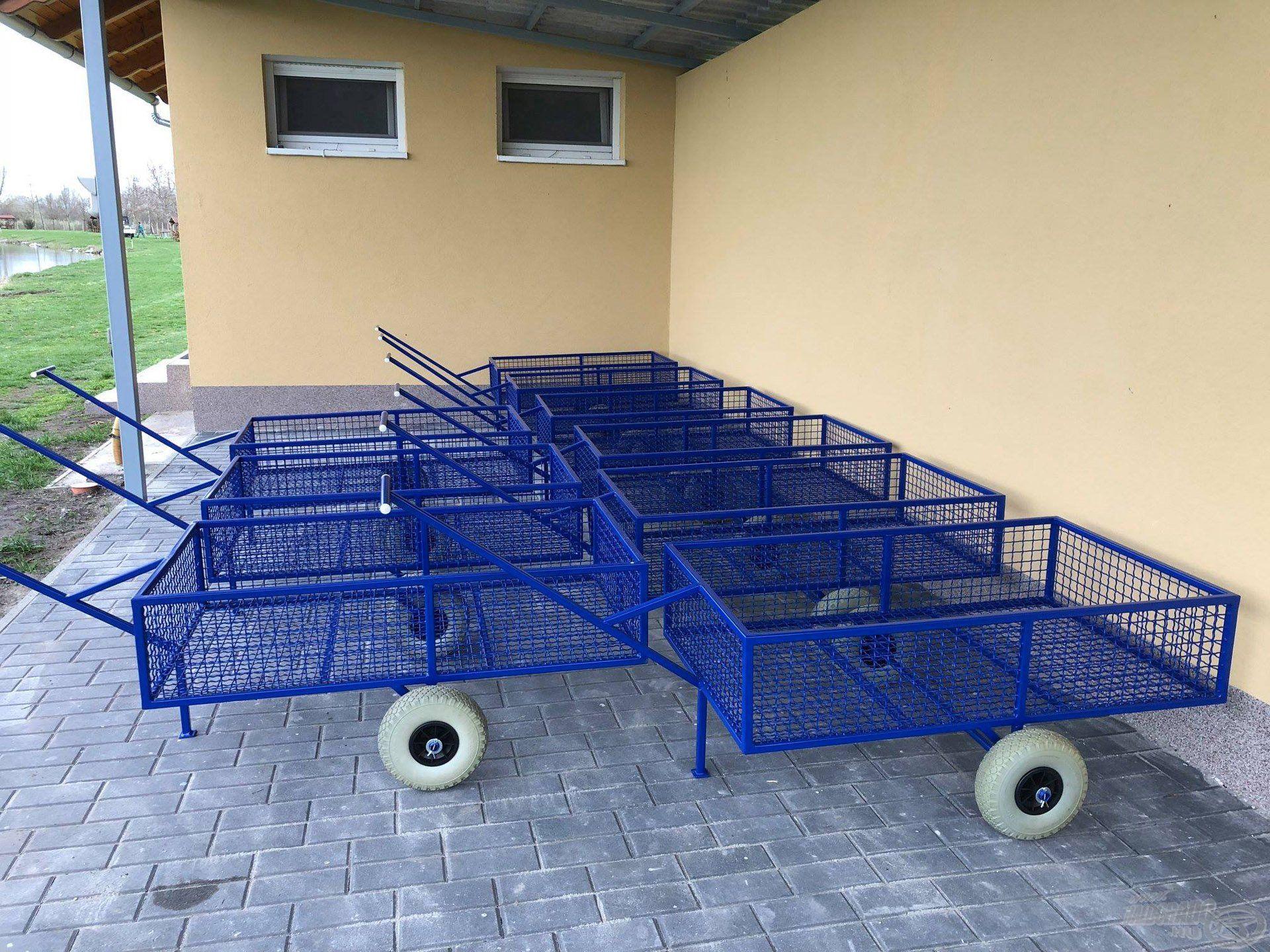 A felszerelések bejuttatását segíti elő a 10 darab kis horgász kocsi, melyek tárolója mellett kulturált mosdó, illetve mellékhelységek is találhatók