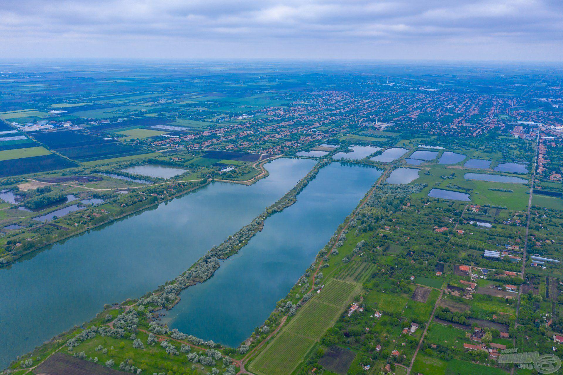 Amerre a szem ellát, csak víz és víz, ám egy kiemelkedik mind közül, ez a Csaba-tó