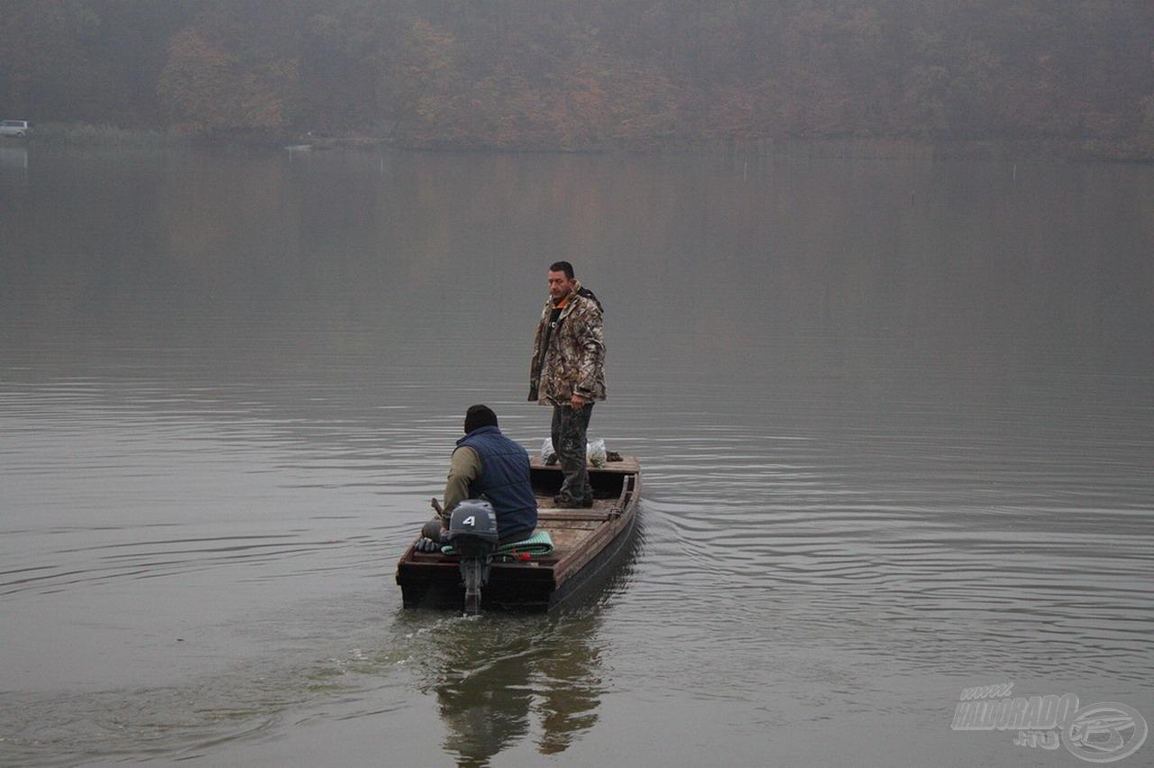 A halőr segíti (a tó csónakjával) minden reggel 7-8 között…