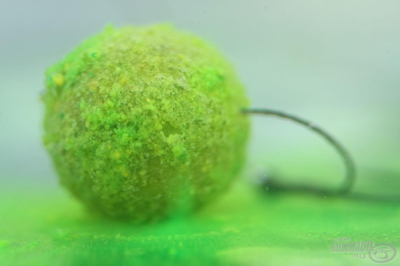 Green Pepper bojli oldódás közben fluo zöldre festi a vizet maga körül, így vizuális ingert is kelt a hideg, tiszta vízben