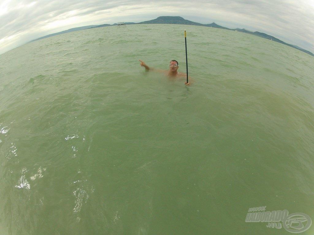 Csaba úszva indult a bójákkal a kiszemelt  helyekre