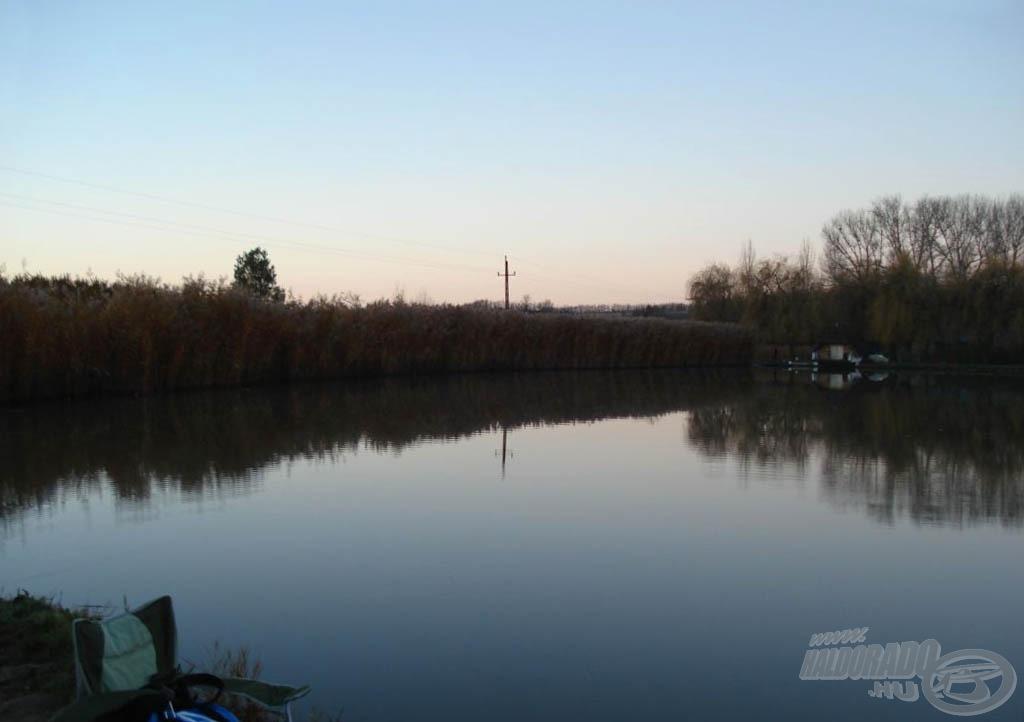 Az ébredező természet. Gyönyörű a tó a szürkületben