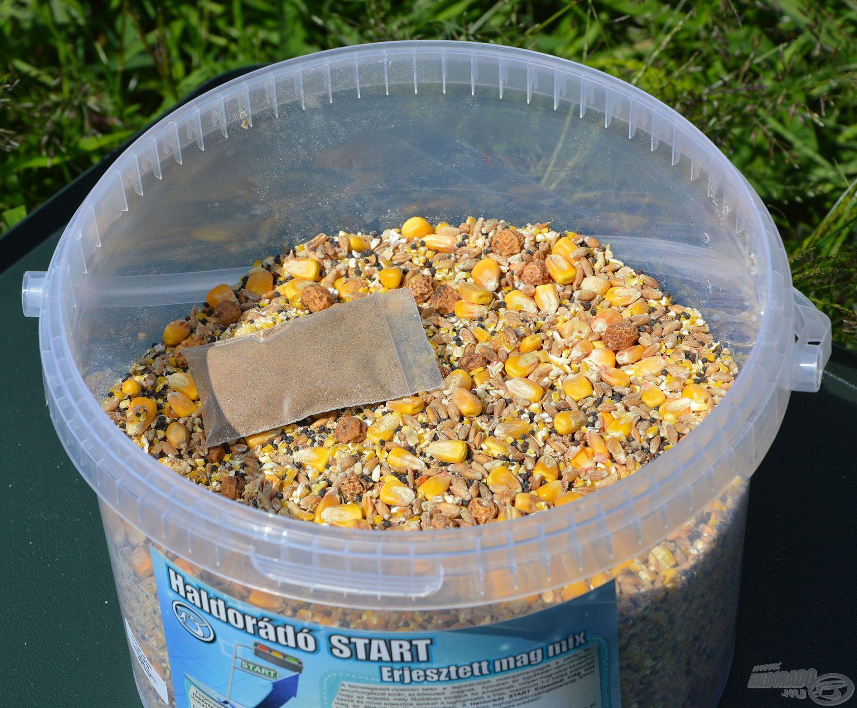 A Haldorádó START Erjesztett Mag Mix ebben az állapotában kerül forgalomba, a vödröt kinyitva száraz magvakat és egy zacskós erjesztő port találunk