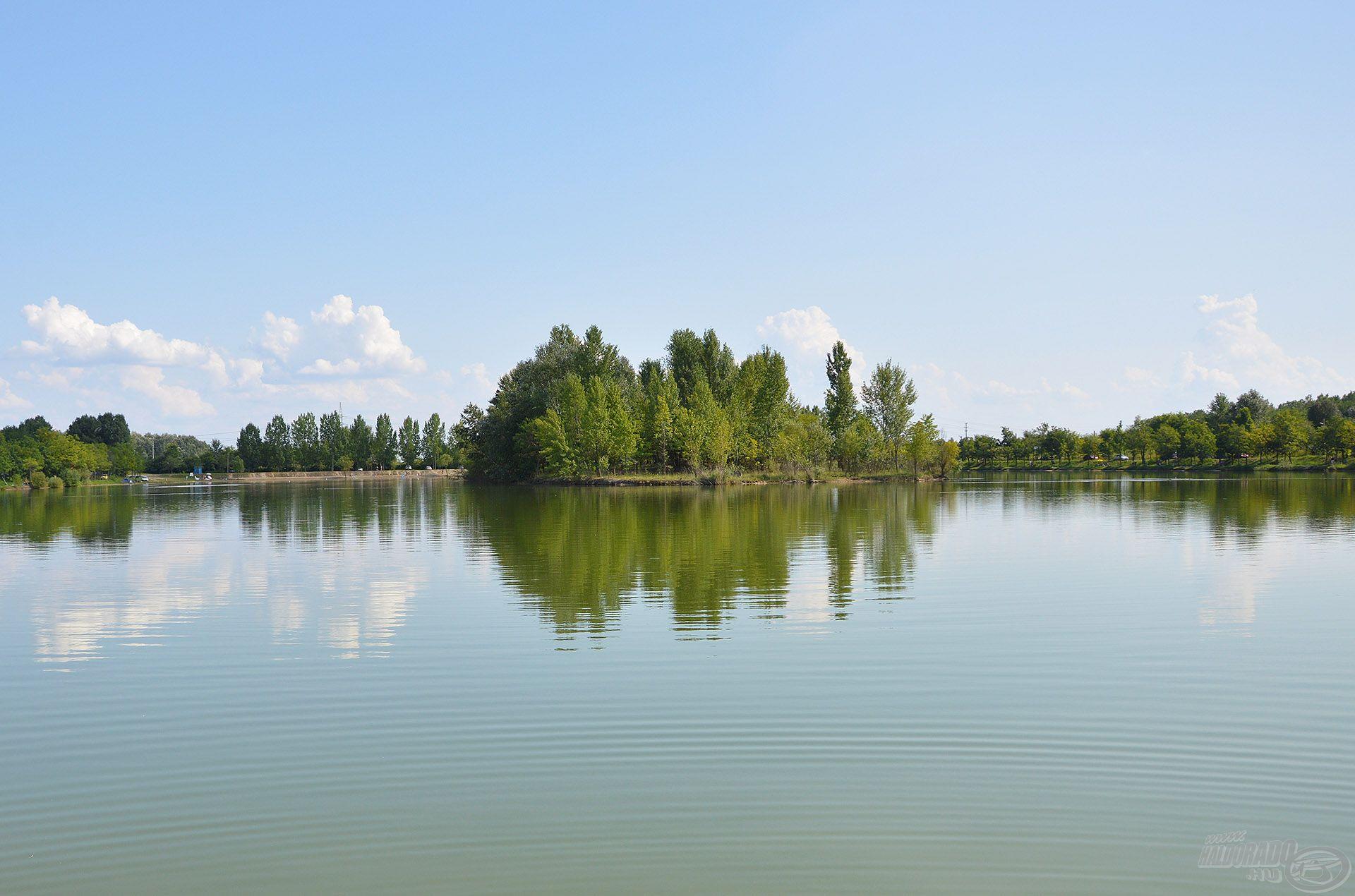 A mély, tiszta vizű kavicsbánya tavakon a teljes vízoszlopban érdemes keresni a halat! Megmutatjuk, mi ennek a legegyszerűbb módja feederbottal