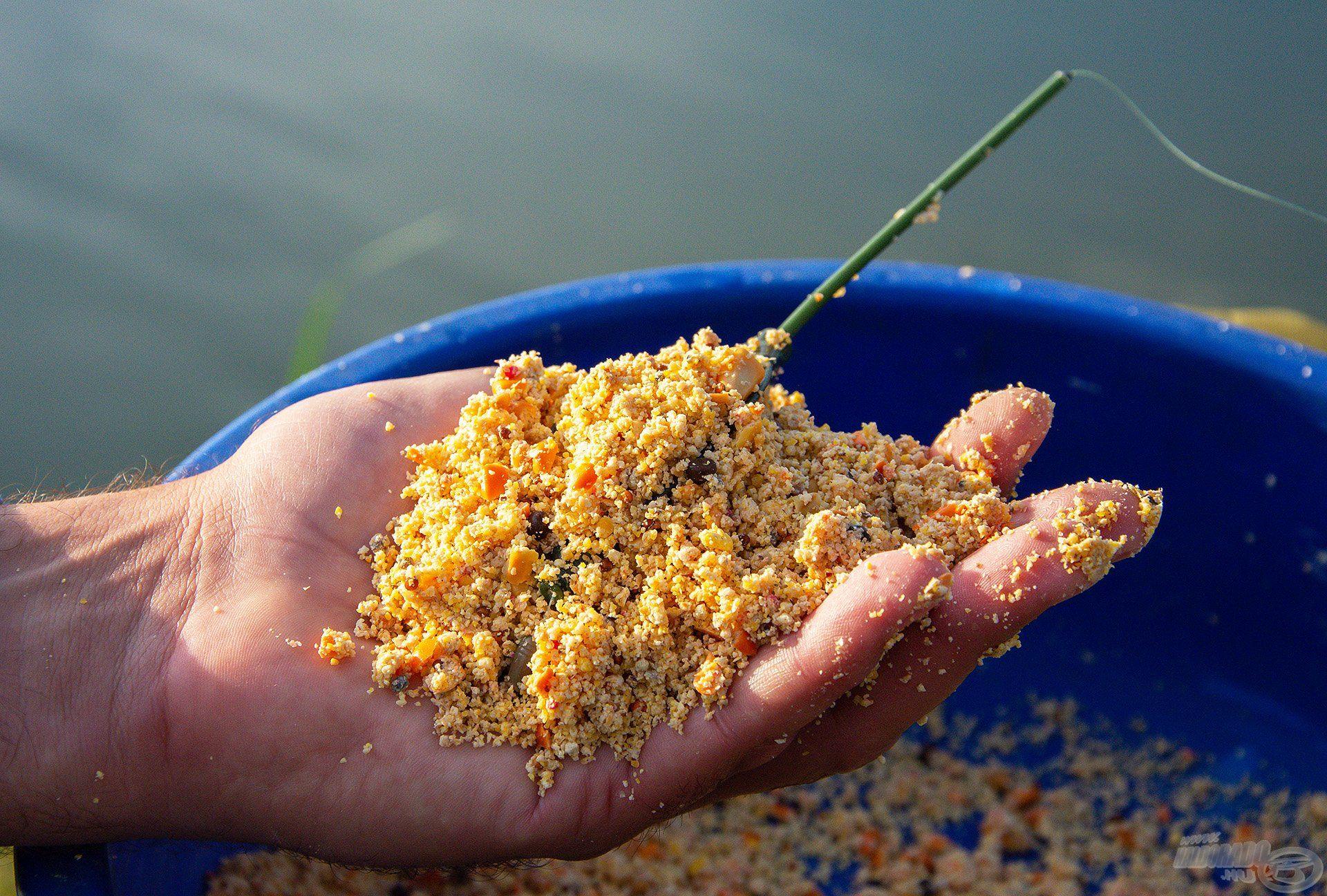 Sipi a horgászatához is használt etetőanyagával alapozott egy plusz zacskó Roppantott Mag Mixszel megspékelve