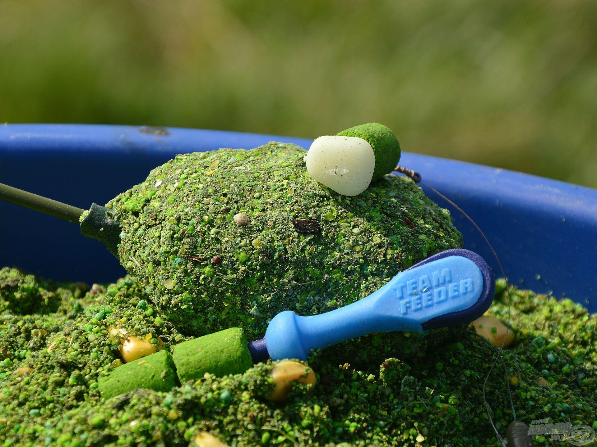 Az amurok imádják azt a lucernás, fokhagymás, zöldfűszeres ízt, amivel ez a keverék rendelkezik