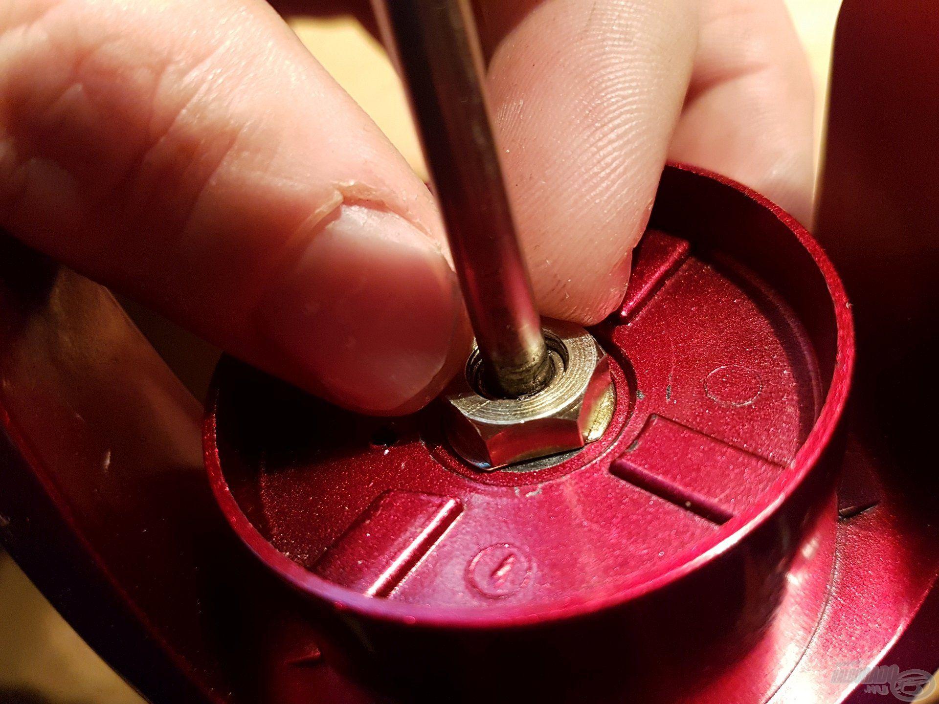 Az orsócsészét is rögzítsük, a csavart ezúttal jobbról balra csavarjuk és határozottan, de ne túl erősen húzzuk meg. Az elforgást gátló műanyag betéttel stabilizáljuk