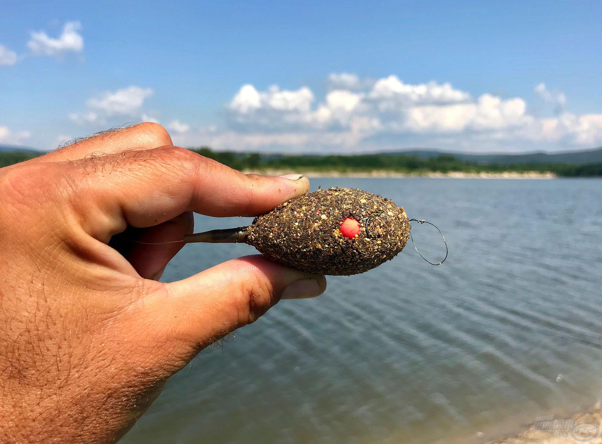 Folyamatosan egy pontba dobálva szépen fent lehet tartani a halak figyelmét akár egy ilyen pici kosárral is!