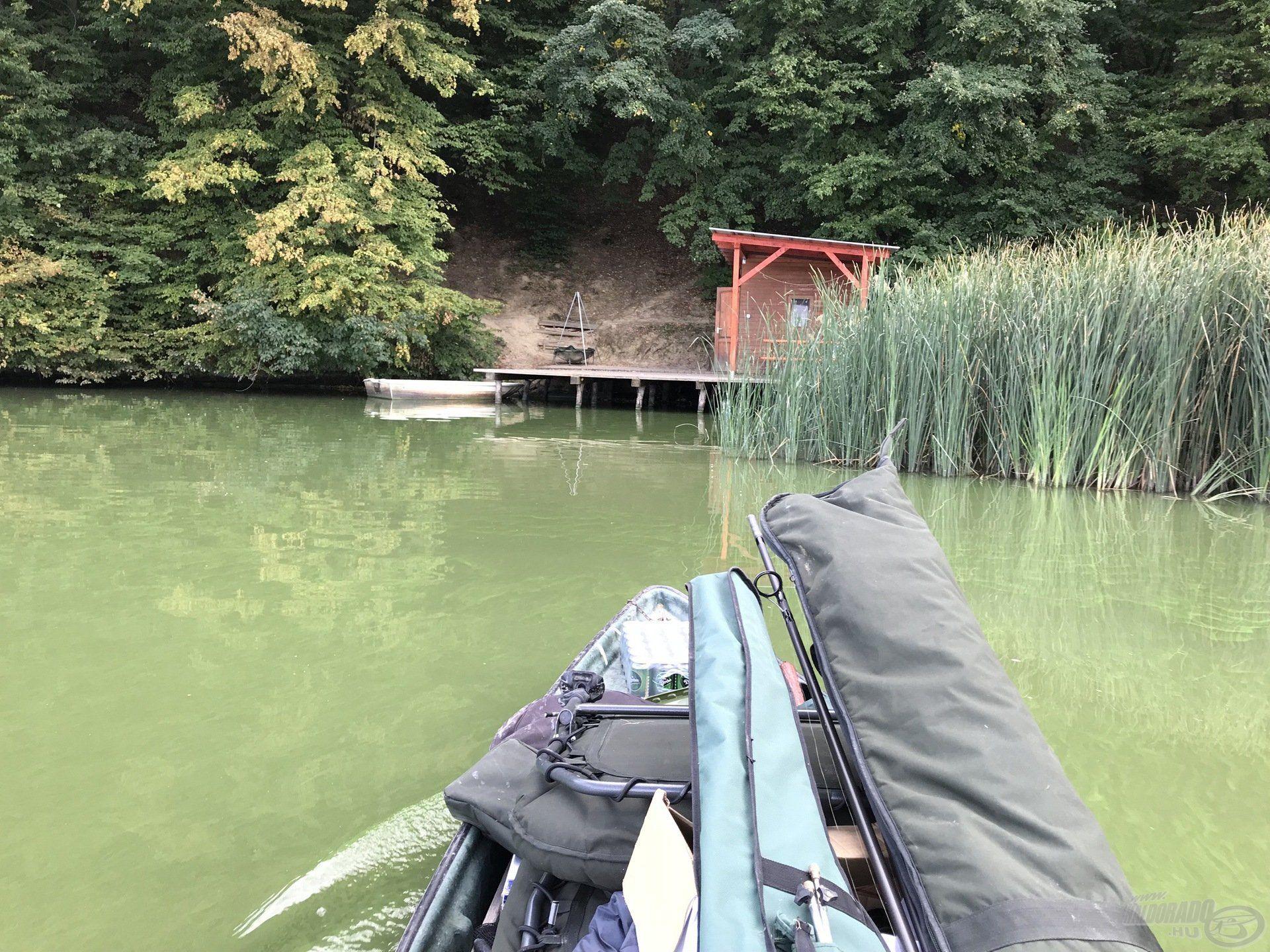 Érkezés a horgászhelyre tele csónakkal és tele lelkesedéssel