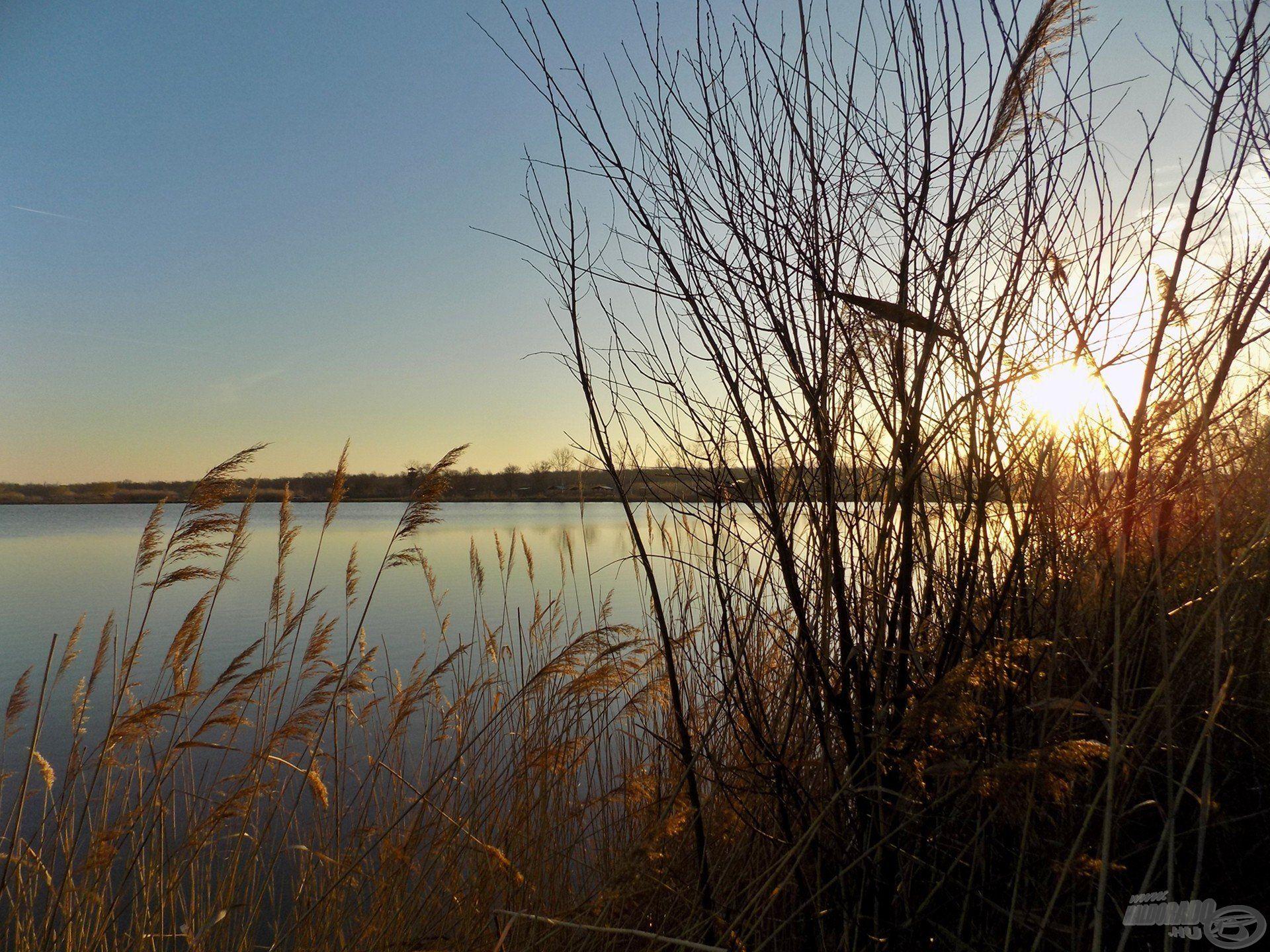 A napfelkelte már a vízparton ért, gyönyörű környezet és rendezett vízpart fogadott, ami Derekegyházán egyébként is alapvető tényező