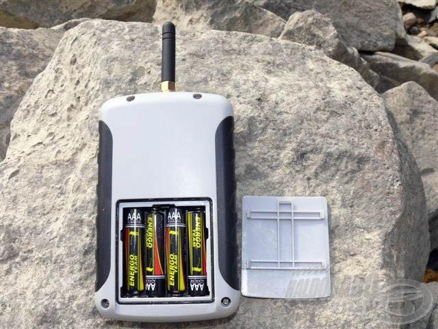 A vevőegység áramellátását 4 db AAA ceruzaelem biztosítja