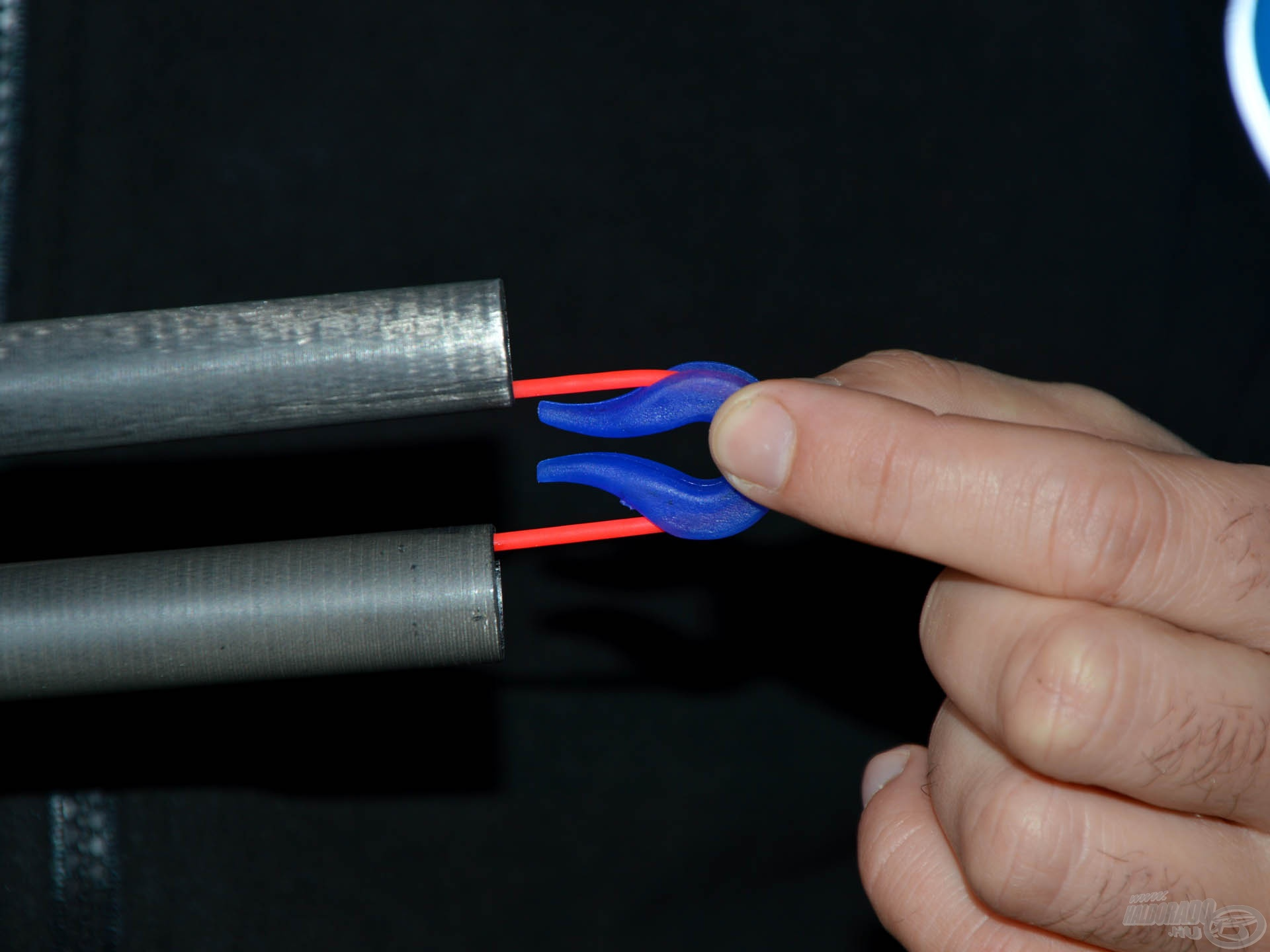 A gumizás végeztével a két tagot széthúzva, egymás mellé lehet azokat tenni, és egy gumisín segítségével még a gumi sem sérül meg