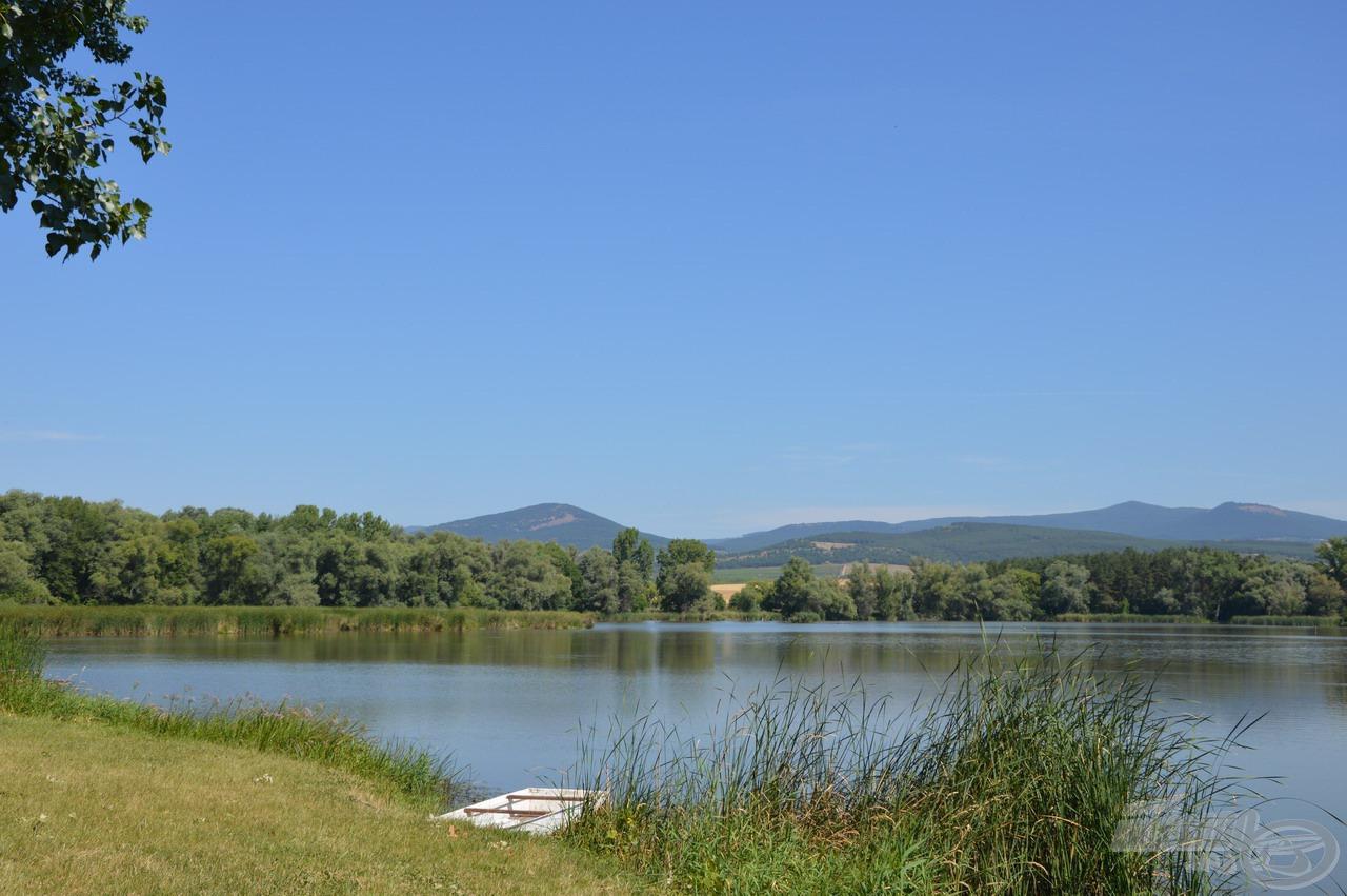 Párját ritkítóan szép környezetben fekvő víz a Nagyrédei Horgásztó, melyre mindig szívesen látogatok el