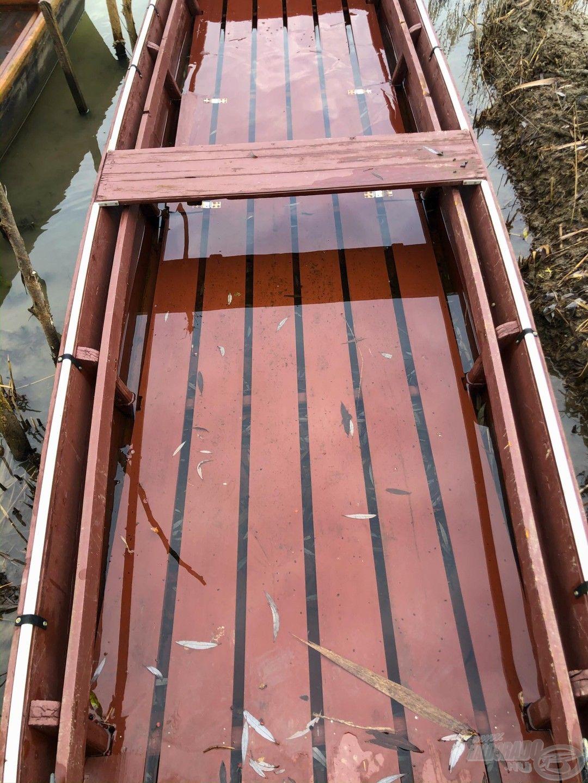 legalább 200 liter esővíz várt a csónakban