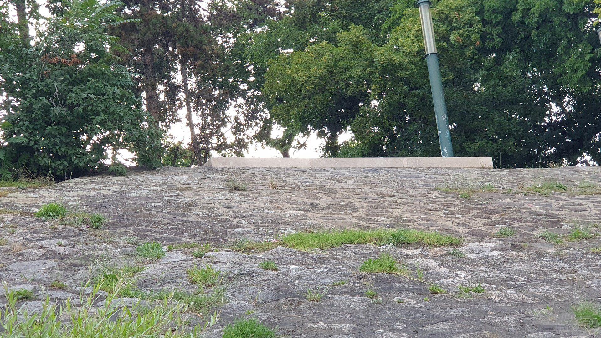 Sehol egy lépcső a közelben, ezen a meredek rézsűn jutottam le a vízpartra