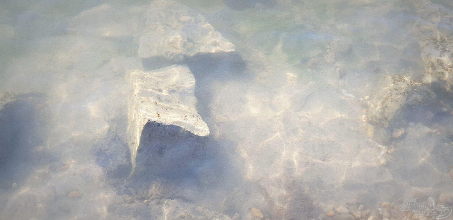 A meder beljebb agyagos szerkezetű és kisebb-nagyobb kövekkel tarkított