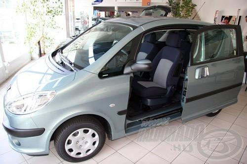 Több Peugeot autó is tolóajtóval van felszerelve, mely a szűk helyeken is megkönnyíti a ki-és bepakolást