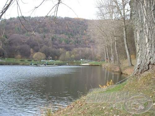 Völgyzáró gát duzzasztja fel a patak vízét