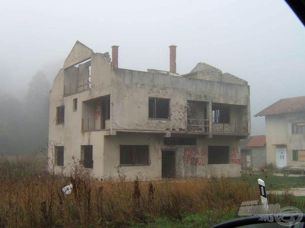 Az ilyen, szétlőtt ház még gyakori látvány