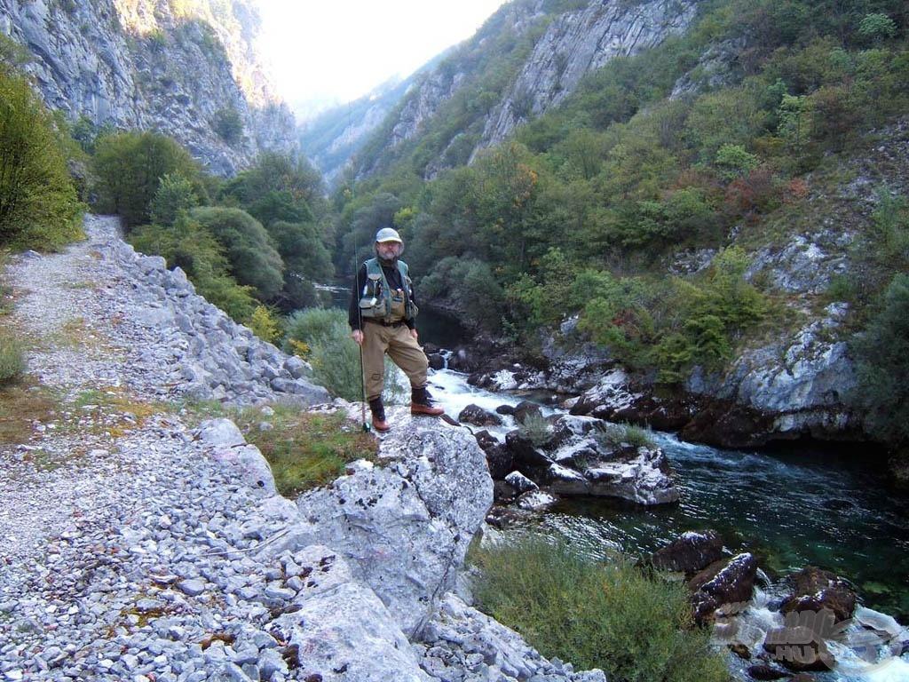 Eck barátom a sziklapárkányon. Alatta a Unac folyó