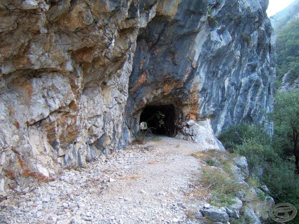 A sziklába az alagutat még a partizánok vájták, de a közelmúlt háborújában is használták